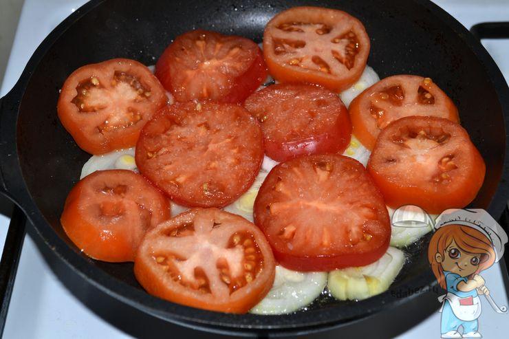 Кладем помидоры поверх лука