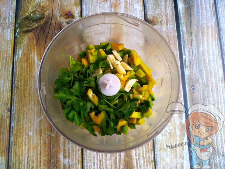 Добавляем чеснок, перец и зелень