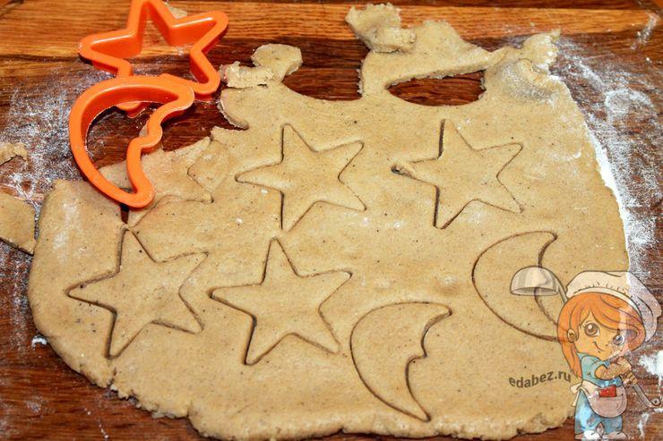 Вырезаем печенье с помощью формочек