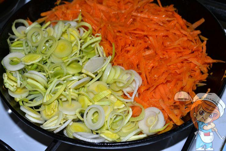 Добавляем лук к моркови