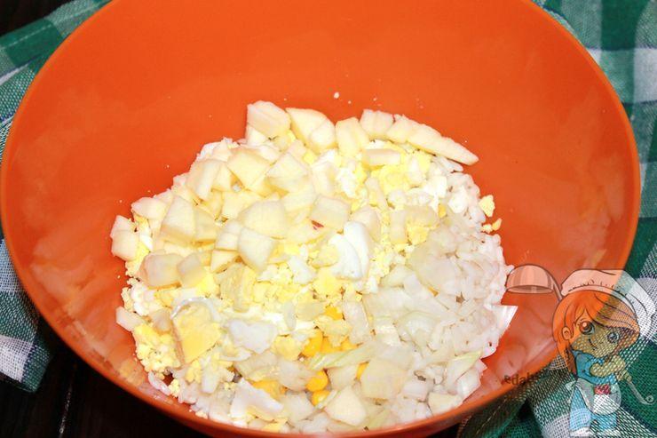 Добавляем яйца и яблоко