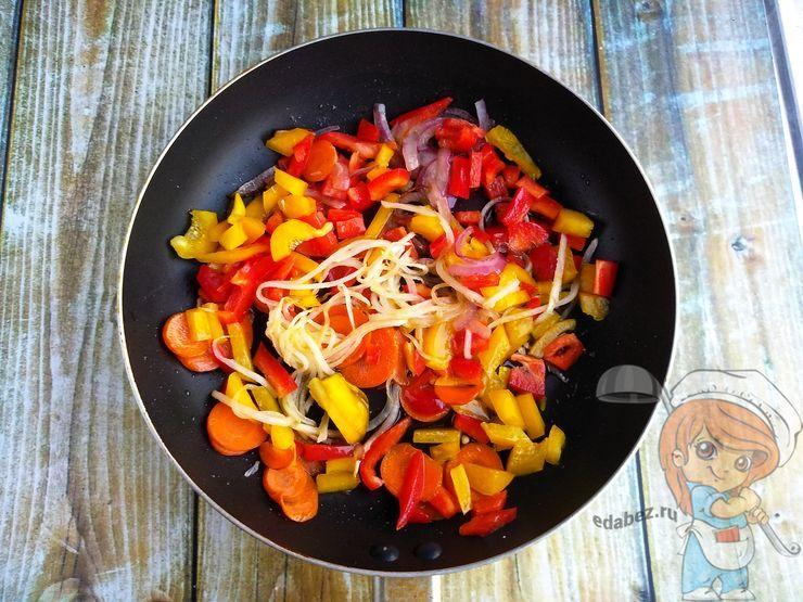 Кладем перец к овощам