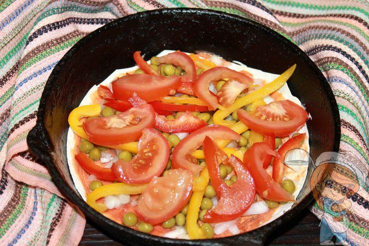 Выкладываем перец и томаты