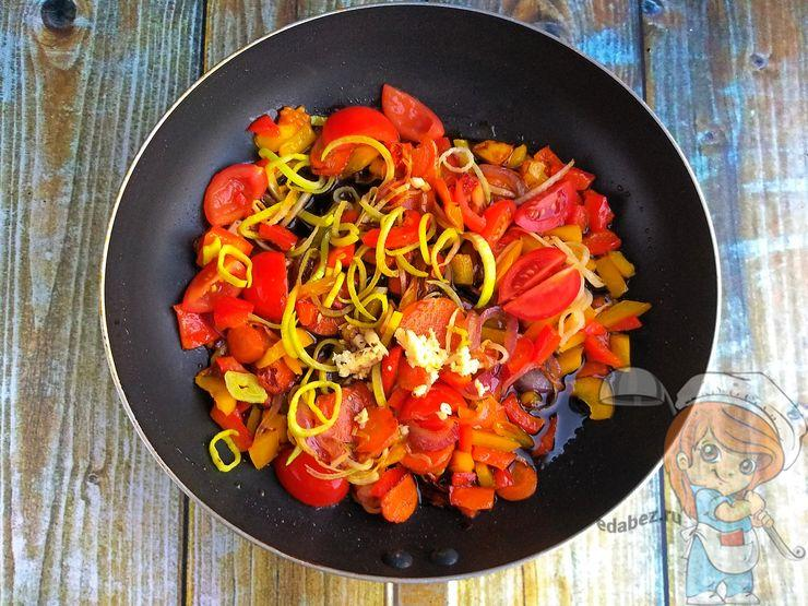 Соединяем овощи с лапшой. Добавляем соус