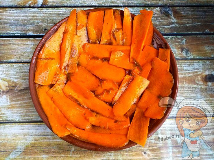 раскладываем морковь на миске