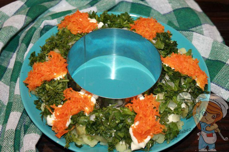 Выкладываем натертую морковь дорожками