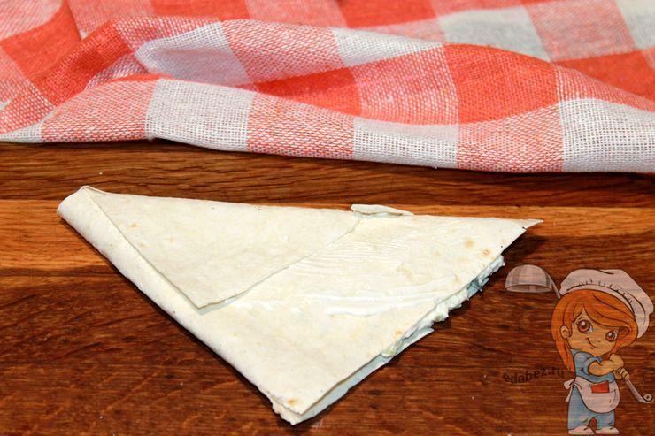 Формируем треугольник из лаваша