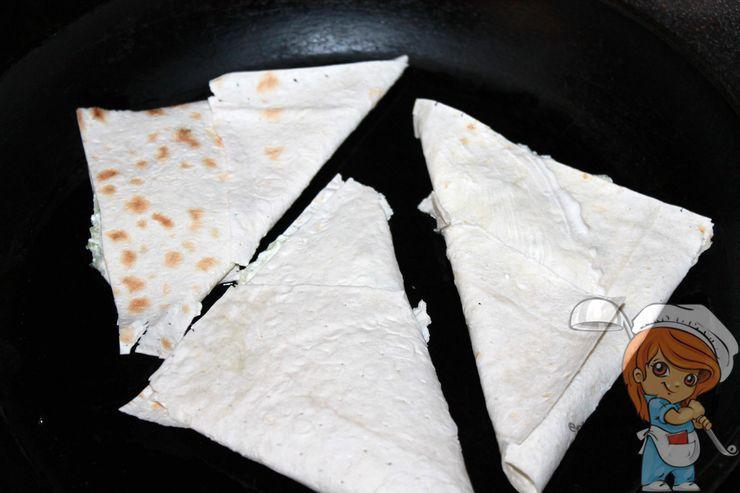 Выкладываем треугольники на сковороду