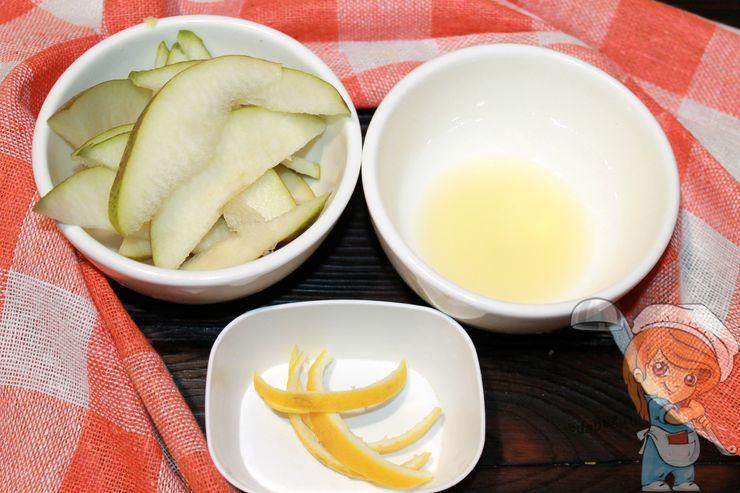 Режем грушу, снимаем кожу с лимона, выдавливаем сок