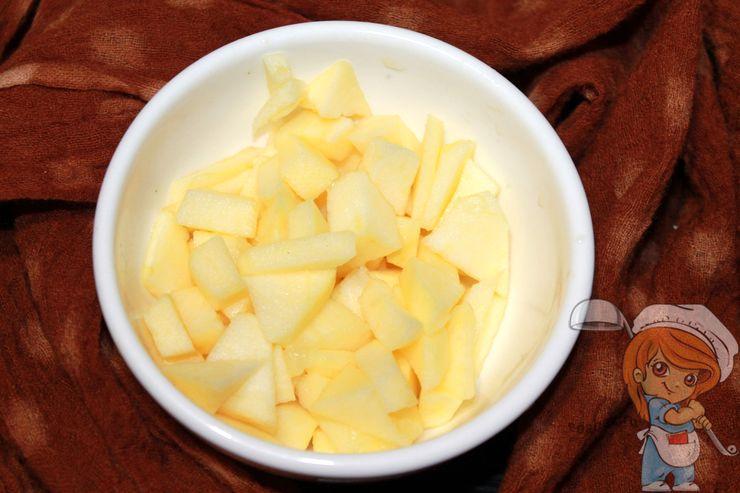 Режем яблоко кусочками