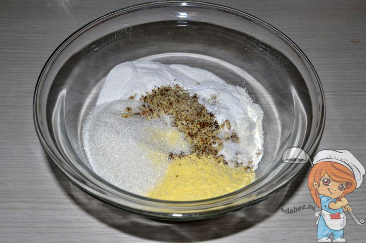 Всыпаем сахар, разрыхлитель и соль