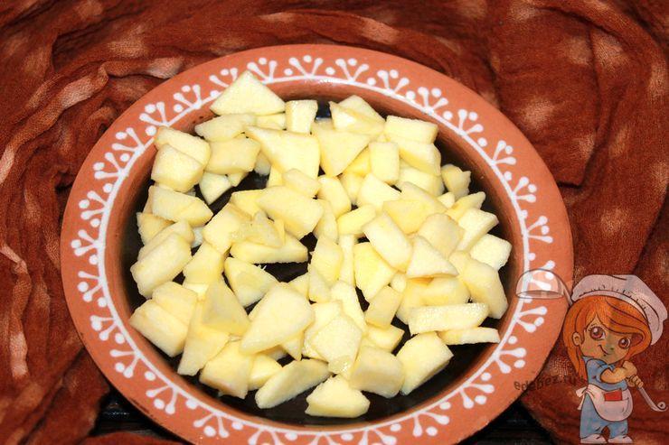 Выкладываем слой яблок