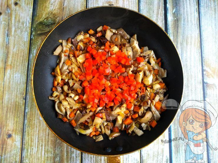 Добавляем перец к грибам