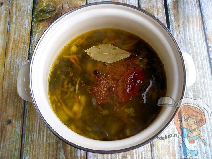 Кладем специи в суп
