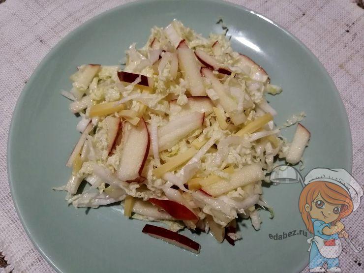 Салат с пекинской капустой, яблоком и сыром