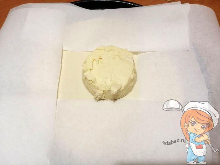 Закрываем тесто пищевой бумагой
