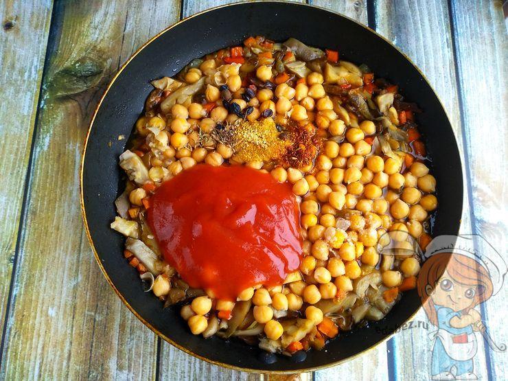 Добавляем томатную пасту и перемешиваем