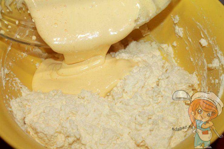 Вливаем желтковую массу в тесто
