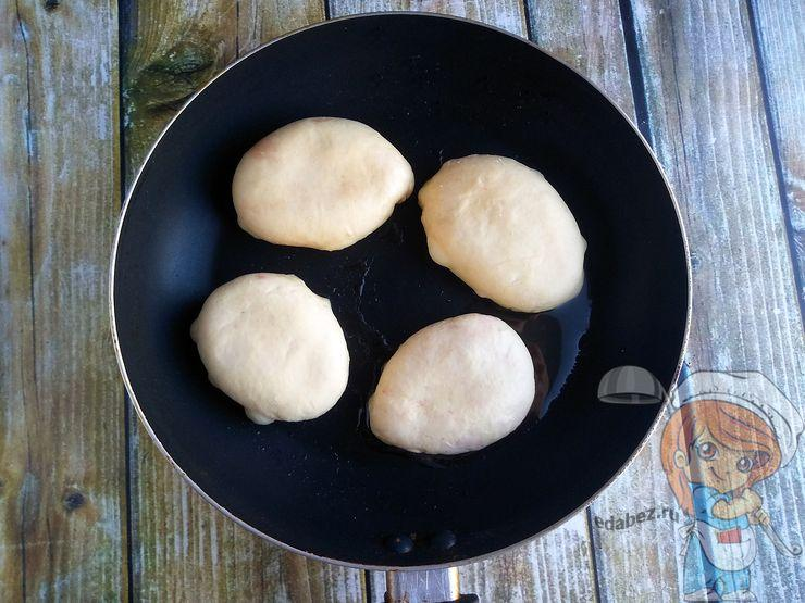 Выкладываем заготовки на сковороду