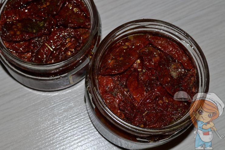Заливаем маслом томаты