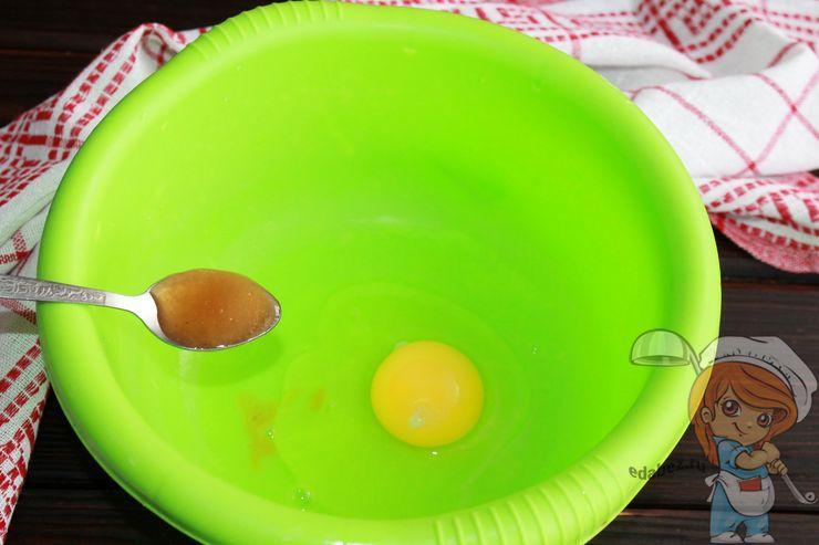 Соединяем яйцо, соль и мед