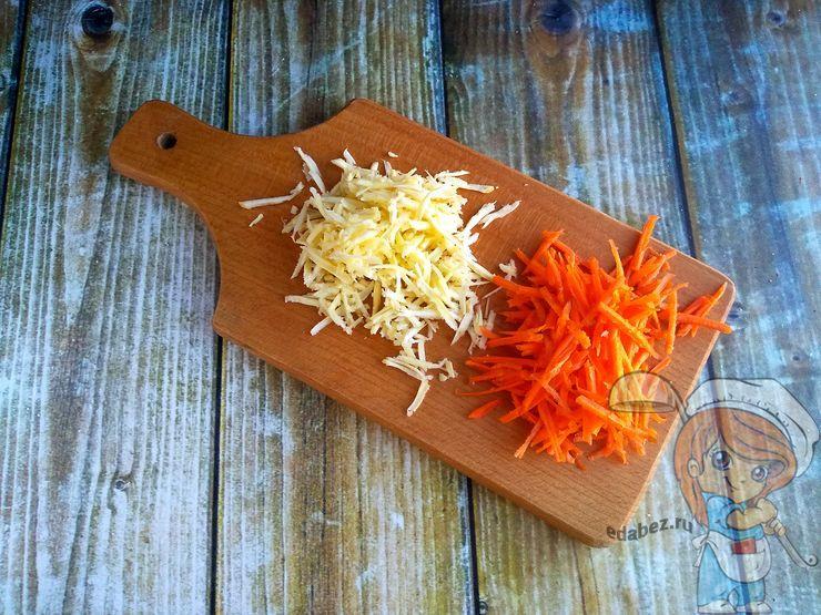 Натираем морковь и пастернак