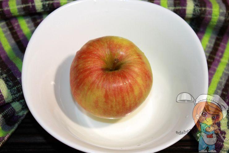Моем яблоко