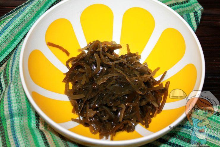 Кладем морскую капусту в миску