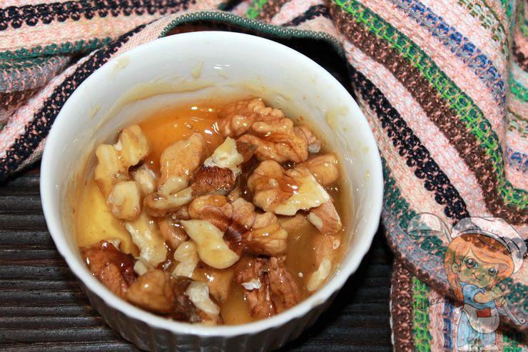 Добавляем орехи в мед