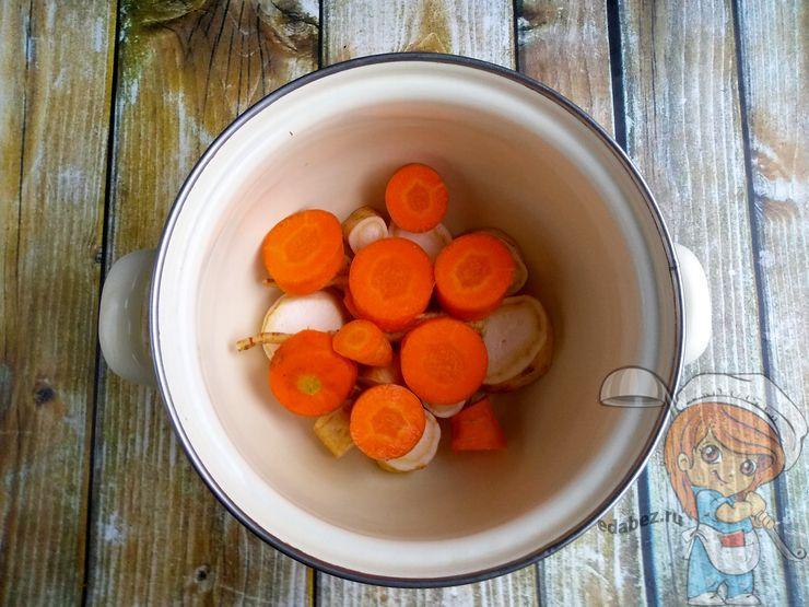 Морковь режем кольцами
