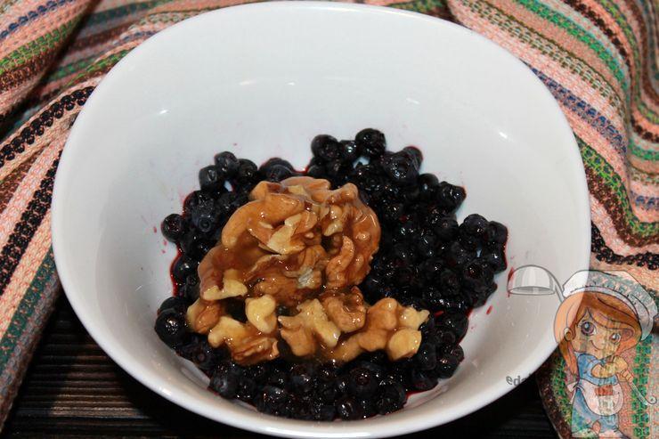 Соединяем орехи с черникой