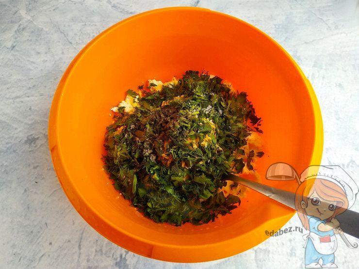 Кладем зелень и солим