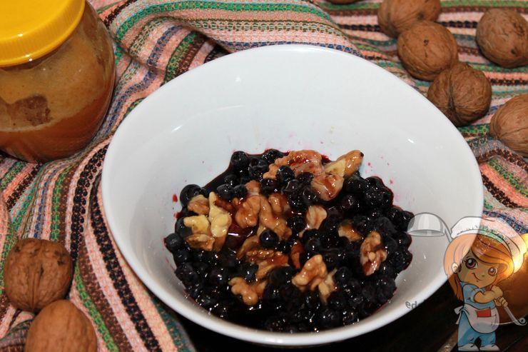 Черника с орехами, рецепт приготовления с фото