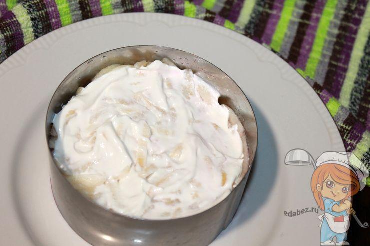 Слой яблок покрываем йогуртом