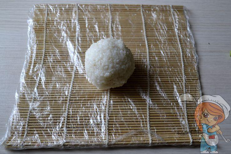 Выкладываем шарик риса на циновку