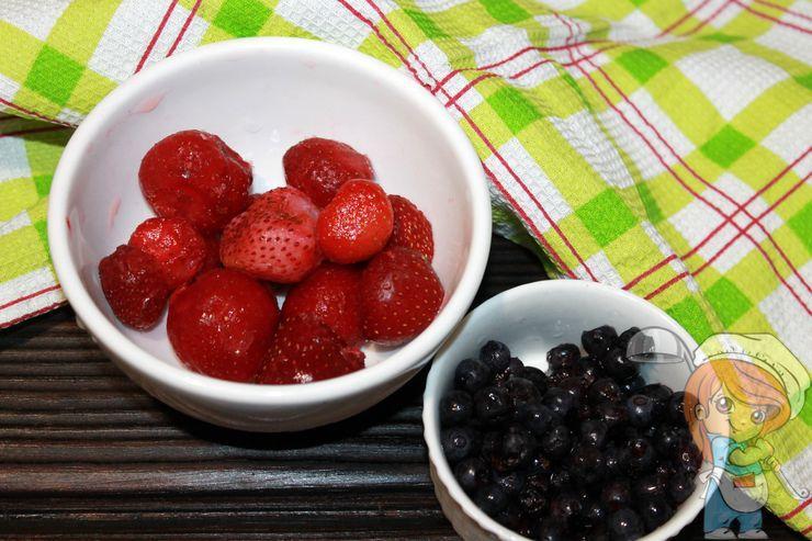 Моем ягоды