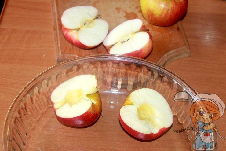 Режем яблоки пополам