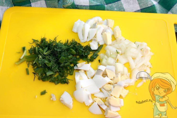 Режем лук, яйца и зелень
