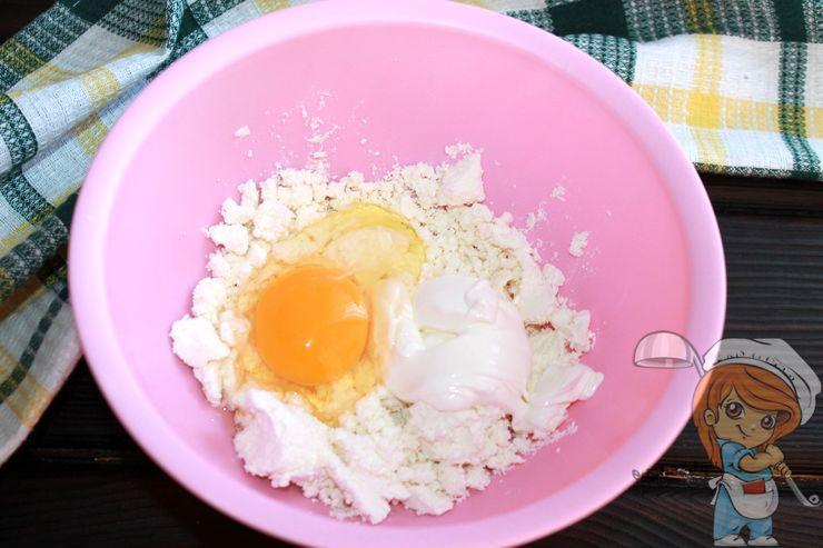 Соединяем творог, яйцо и сметану