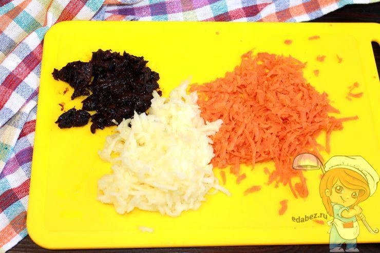 Натираем морковь и яблоко, измельчаем чернослив