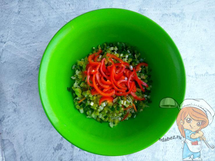 Сладкий перец нарезаем в салат