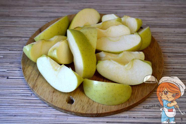 Режем яблоки на дольки