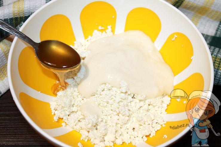 Соединяем творог, йогурт и мед