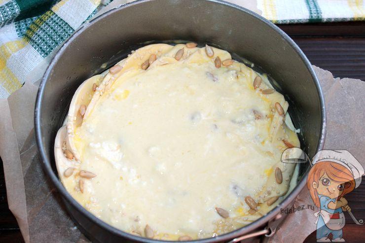 Выливаем заливку на основу пирога