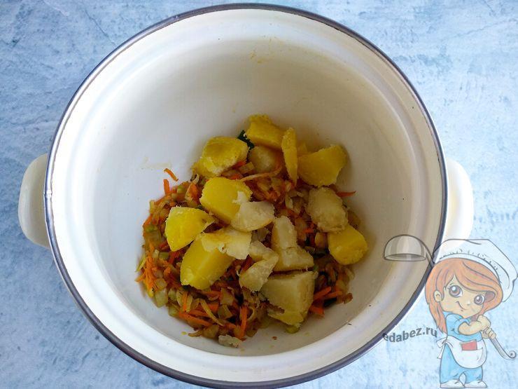 Выкладываем картофель в кастрюлю