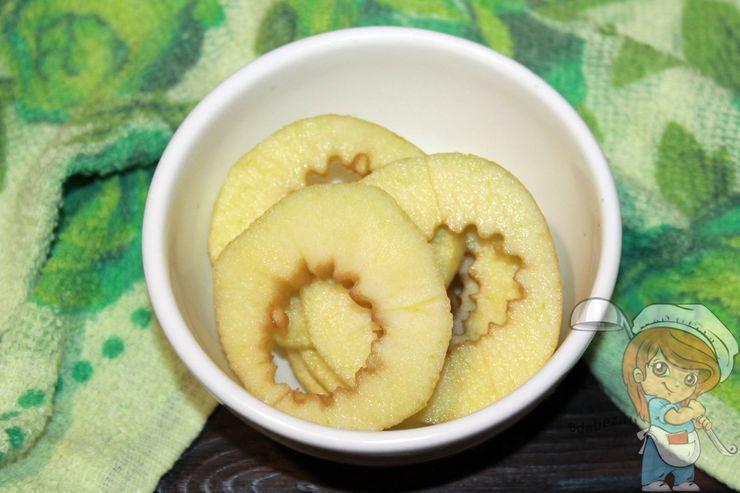 Режем яблоки кольцами
