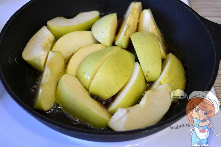 Опускаем яблоки в карамель