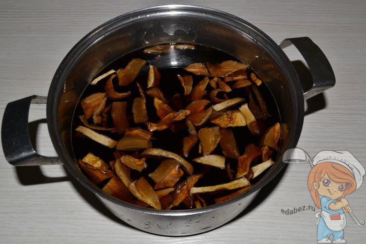 Ставим кострюлю с грибами на огонь