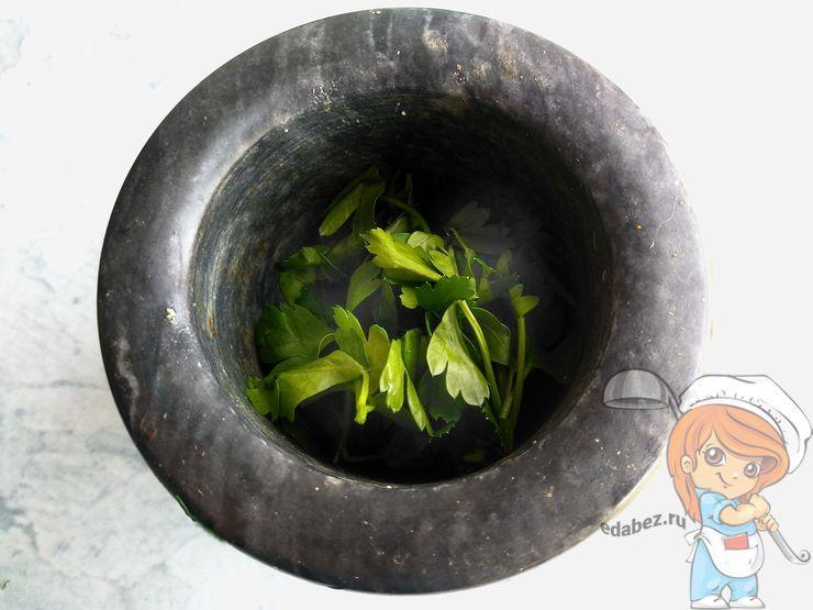 Выкладываем листья в ступку