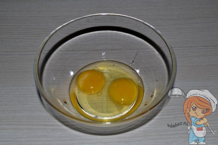 Разбиваем два яйца